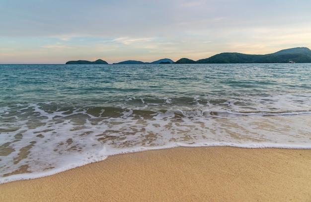 Plażowy Zmierzch Lub Wschód Słońca Z Kolorowym Obłoczny Niebo W Wieczór świetle Premium Zdjęcia