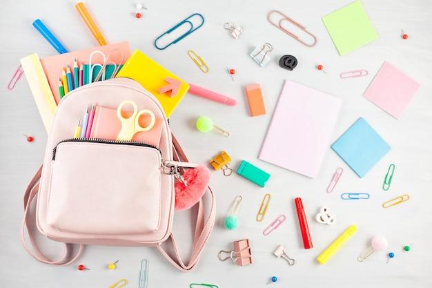 Plecak studencki i różne przybory szkolne. studiowanie, edukacja i powrót do koncepcji szkoły Premium Zdjęcia