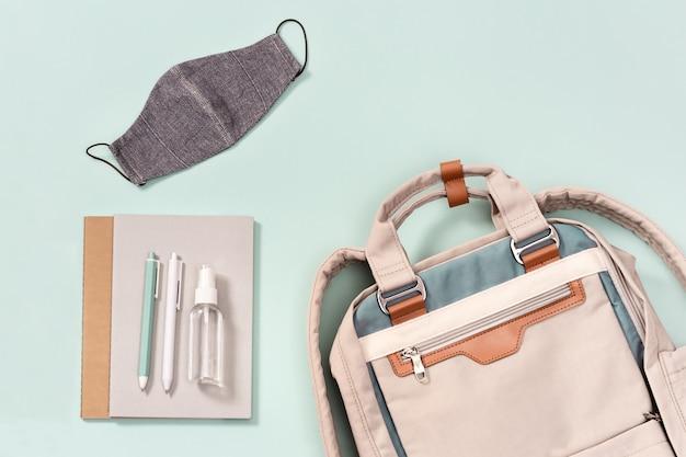 Plecak Z Przyborami Szkolnymi, Maską Na Twarz I środkiem Do Dezynfekcji Rąk Premium Zdjęcia