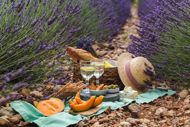 Plenerowy Piknik W Słoneczny Letni Dzień W Lawendowym Polu. Premium Zdjęcia