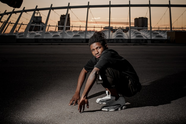 Plenerowy Portret Kucanie Młody Afro Amerykański Facet Premium Zdjęcia