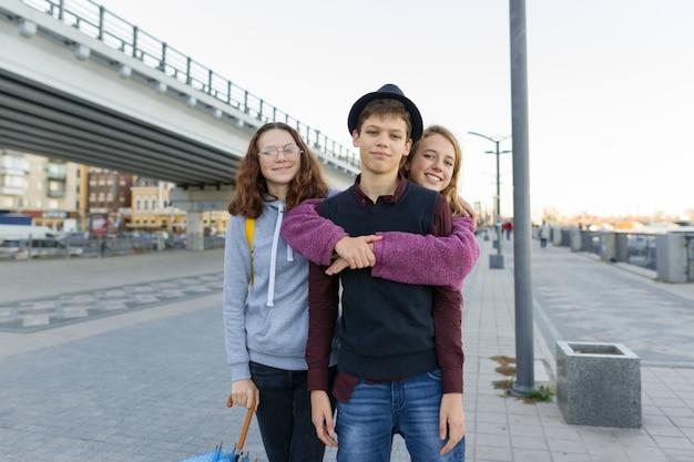 Plenerowy portret miasta trzech przyjaciół nastoletnich chłopców i dziewcząt Premium Zdjęcia