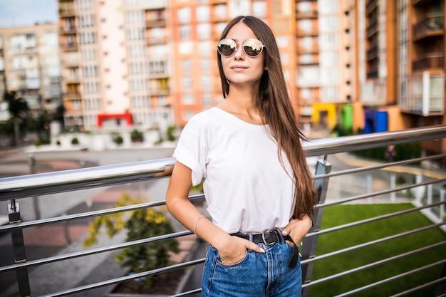 Plenerowy Portret śliczna Młoda Kobieta Na Moscie W Europejskim Mieście. Darmowe Zdjęcia