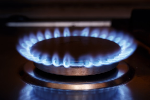 Płomień palnika gazowego przy kuchence gazowej Premium Zdjęcia