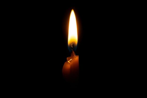 Płonąca świeczka Na Czarnym Tle Premium Zdjęcia