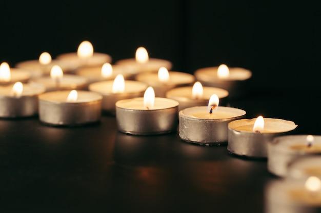 Płonąca świeczka Na Stole W Ciemności, Przestrzeń Dla Teksta. Symbol Pogrzebu Premium Zdjęcia