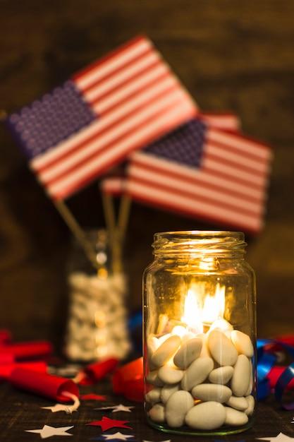 Płonące świeczki W Słoju Cukierków Dla świętowania Dnia Niepodległości Darmowe Zdjęcia