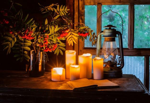 Płonące świeczki w starym wiejskim domu Premium Zdjęcia
