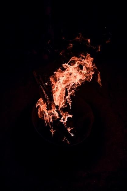 Płonący Ogień Odizolowany Od Ciemności Darmowe Zdjęcia