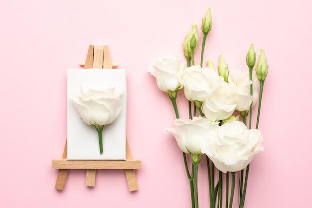 Płótno Do Malowania Białym Kwiatem Na Różowo Premium Zdjęcia