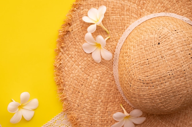 Plumeria Kwiat I Drewniany Kapelusz Na żółtym Tle. Premium Zdjęcia
