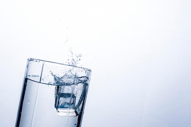 Plusk Wody W Szklance Z Kostki Lodu. Premium Zdjęcia