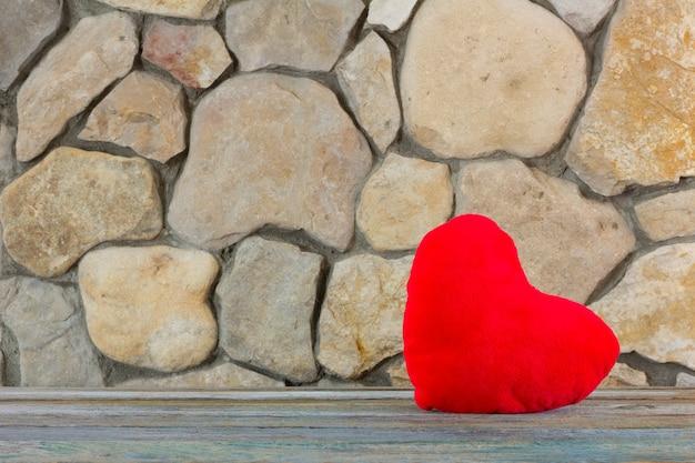 Pluszowe Czerwone Serce Na Tle Kamiennej ściany, Pojęcie Miłości I Romansu Premium Zdjęcia