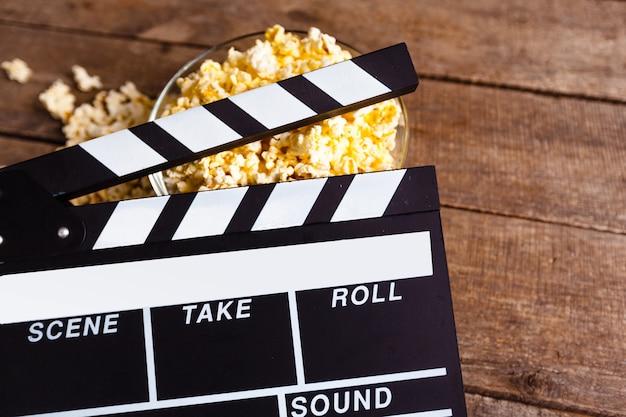 Płyta z klapami filmowymi i kukurydza pop Premium Zdjęcia