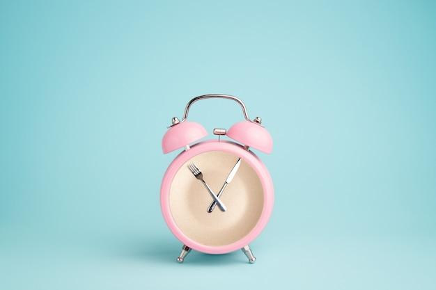 Płytka wewnątrz różowego budzika. Premium Zdjęcia