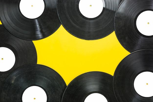 Płyty winylowe na żółtym tle Darmowe Zdjęcia
