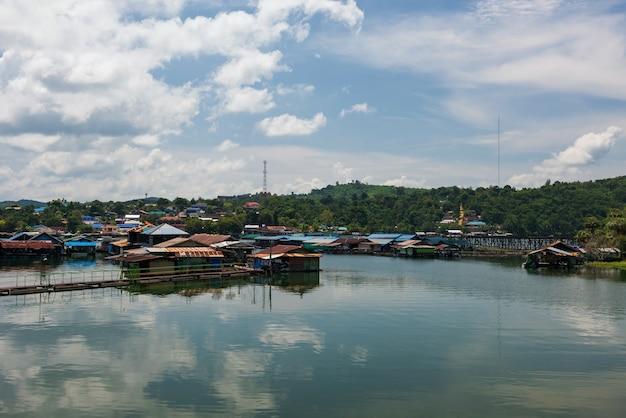 Pływające Domy Na Tratwie Do Wynajęcia Dla Osób Podróżujących Po Drewnianym Moście Mon Premium Zdjęcia