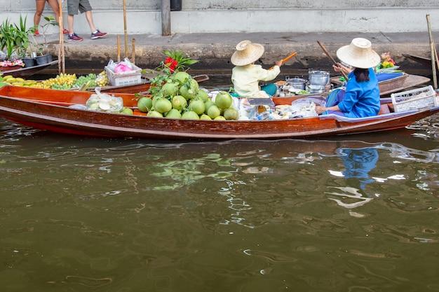 Pływający Rynek Damnoen Saduak Premium Zdjęcia