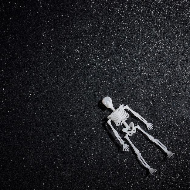 Pływający Szkielet Na Tle Czarnego Brokatu Darmowe Zdjęcia