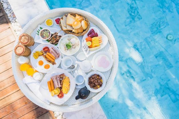 Pływający Zestaw śniadaniowy Na Tacy Ze Smażonym Omletem Jajecznym Kiełbasą Szynką Chlebem Owocowym Sokiem Kawowym Darmowe Zdjęcia