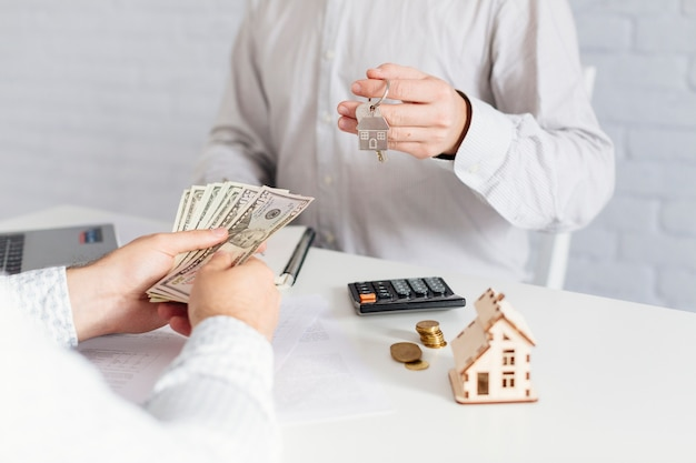 Pośrednik handlu nieruchomościami daje klucze i bierze pieniądze Darmowe Zdjęcia