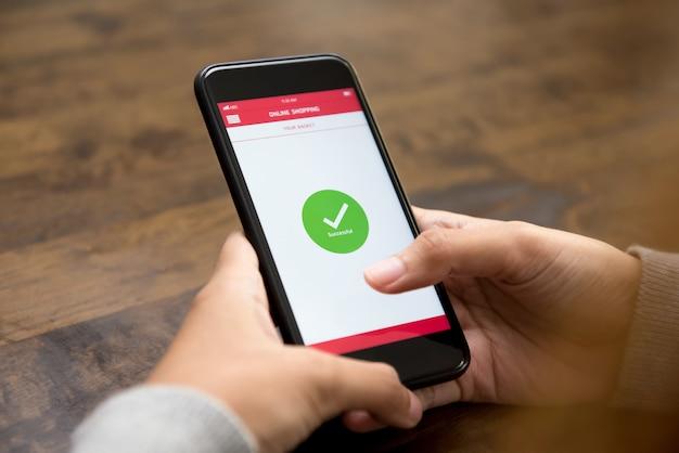 Po Potwierdzeniu Na Ekranie Smartfona Pojawia Się Znak Potwierdzenia Zakupu Online Premium Zdjęcia