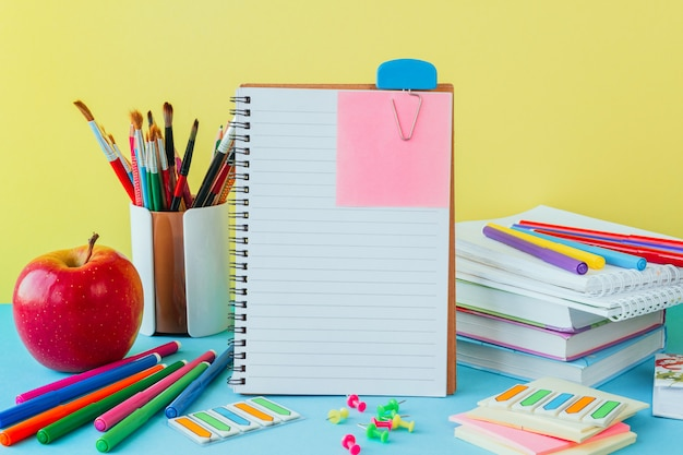 Po Powrocie Do Szkoły, Pracy, Miejsca Pracy Papeterii Szkolnej, Notatników Na Niebiesko Premium Zdjęcia