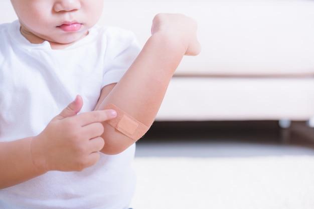 Po Tym, Jak Matka Nałożyła Bandaż Z Plastra Na Dziecięcą Rękę Z Raną Z Copyspace Premium Zdjęcia