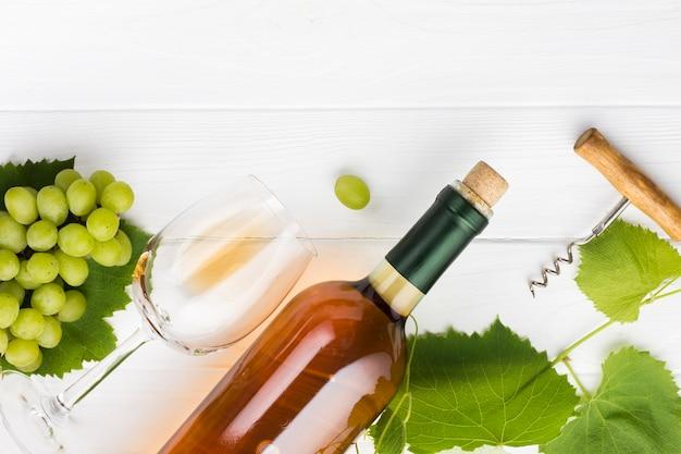 Pochylona koncepcja wina i winorośli brandy Darmowe Zdjęcia
