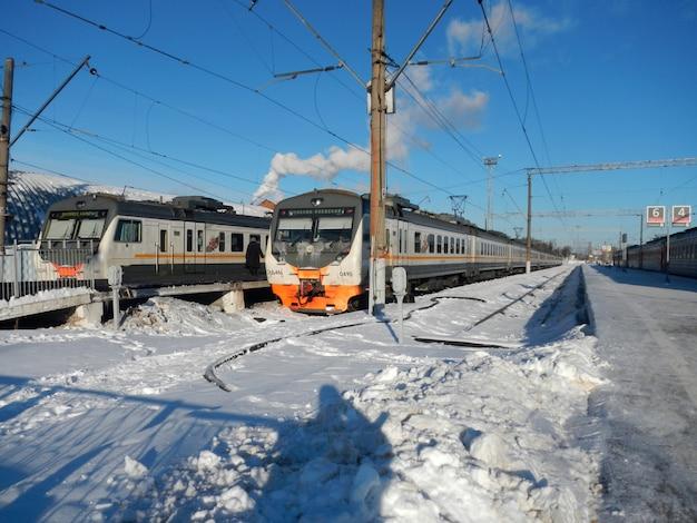 Pociąg na stacji kolejowej w kaluga, rosja Premium Zdjęcia