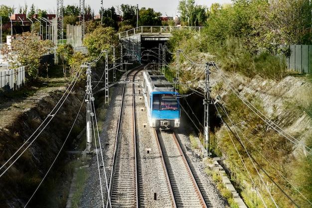 Pociąg Opuszczający Tunel Darmowe Zdjęcia