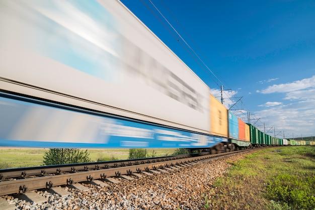 Pociąg Towarowy W Ruchu Premium Zdjęcia