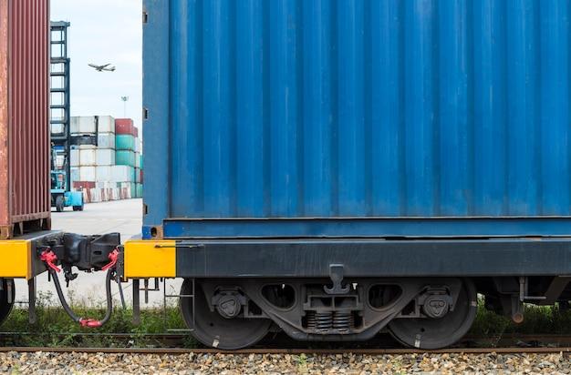 Pociąg Towarowy Z Kontenerami ładunkowymi Premium Zdjęcia