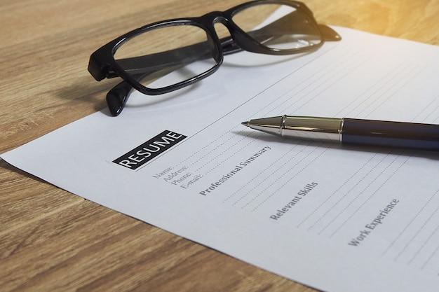Podanie o pracę czeka na wypełnienie przez kandydata. Premium Zdjęcia