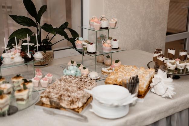 Podany Stół Barowy Z Różnymi Słodyczami Darmowe Zdjęcia