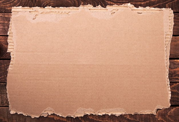 Podarty Papier. Poszarpany Karton Na Drewnianej Teksturze. Darmowe Zdjęcia