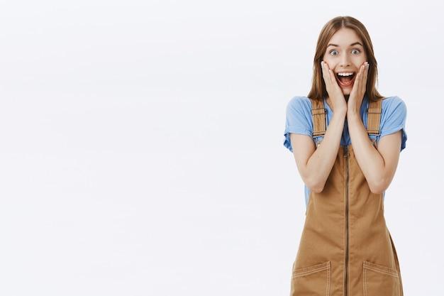 Podekscytowana I Szczęśliwa Młoda Kobieta Reaguje Na Wspaniałe Wieści Darmowe Zdjęcia