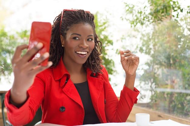 Podekscytowana Kobieta Przy Selfie W Kawiarni Darmowe Zdjęcia