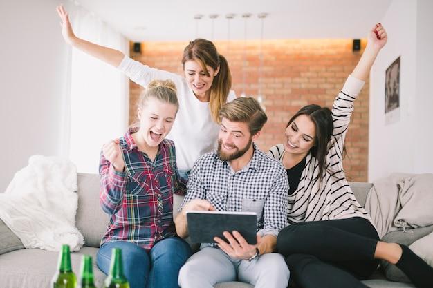 Podekscytowani Ludzie Zadowoleni Z Tabletu Triumfu Oglądania Premium Zdjęcia