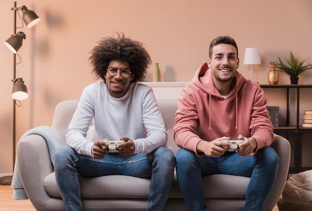 Podekscytowani Męscy Przyjaciele W Domu Gry Darmowe Zdjęcia