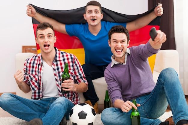 Podekscytowani Mężczyźni Dopingujący Mecz Piłki Nożnej Darmowe Zdjęcia