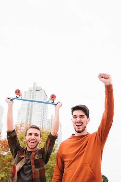 Podekscytowany Krzycząc Nowoczesnych Przyjaciół Z Cruiser Darmowe Zdjęcia