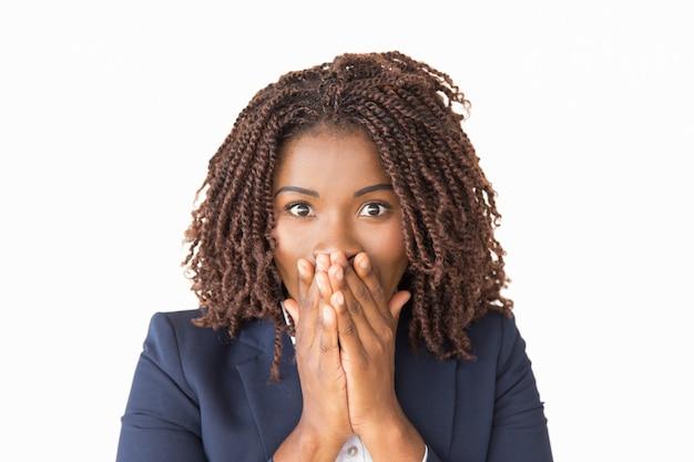 Podekscytowany pracownik biurowy zszokowany zaskakującymi wiadomościami Darmowe Zdjęcia