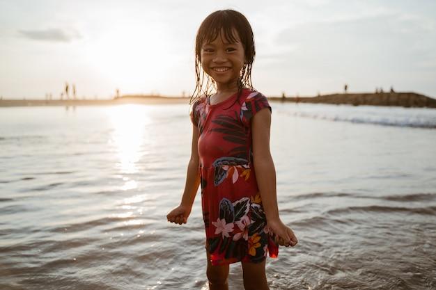 Podniecenie Dziewcząt Bawiących Się Wodą Na Plaży Premium Zdjęcia