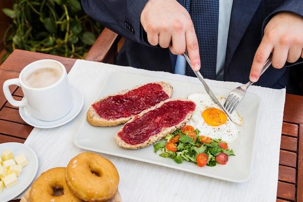 Podniesiony Widok Dloni Osoby Jedzenie Zdrowe Sniadanie Zdjecie