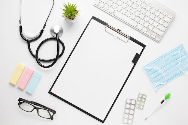 Podniesiony widok na biurko lekarza ze schowkiem i bezprzewodową klawiaturą Darmowe Zdjęcia