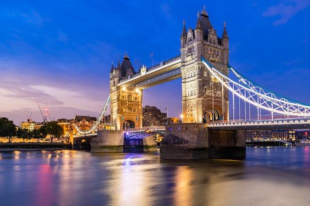 Podnoszenie london tower bridge Premium Zdjęcia