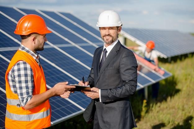 Podpisanie Umowy Na Stacji Solarnej. Premium Zdjęcia