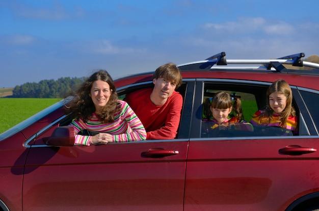Podróż Samochodem Rodzinnym Na Wakacje, Szczęśliwi Rodzice I Dzieci Bawią Się W Wakacyjnej Podróży, Pojęcie Ubezpieczenia Premium Zdjęcia