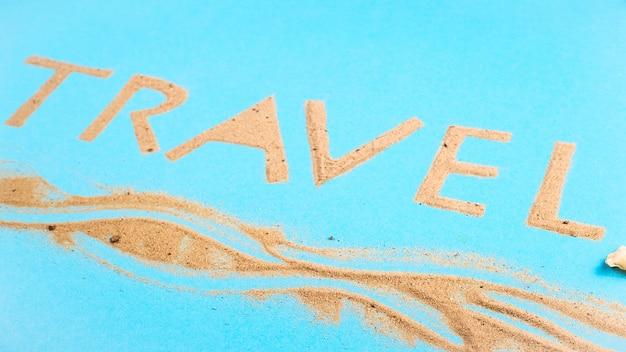 Podróż Słowo Napisane Z Piasku Plaży - Wakacje Na Morzu Koncepcji. Premium Zdjęcia